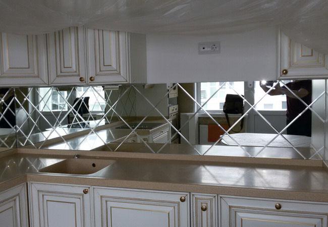 Кухня с зеркальным фартуком